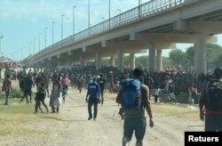 Migrantes, procedentes fundamentalmente de Haití, acampan en el Puente de Del Río, frontera mexicana con Texas, EE. UU., el 16 de septiembre de 2021.