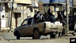 Militan dari Front Nusra menaiki kendaraan mereka di Raqqa, Suriah utara (foto: dok).