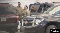 Esta captura de video muestra a los agentes del FBI escoltando a Cesar Sayoc, en Miramar, Florida, el viernes 26 de octubre de 2018.