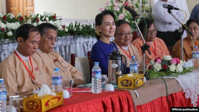 ေဒၚေအာင္ဆန္းစုၾကည္ အထက္ျမန္မာျပည္ အႏုိင္ရ လႊတ္ေတာ္ ကိုယ္စားလွယ္ေတြနဲ႔ ေတြ႔ဆံု။ သတင္းဓာတ္ပံု- NLD Chairperson။