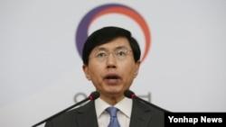 15일 한국 외교부에서 조준혁 대변인이 일본 외교청서의 독도 영유권 주장에 대해 철회를 촉구하고 있다.