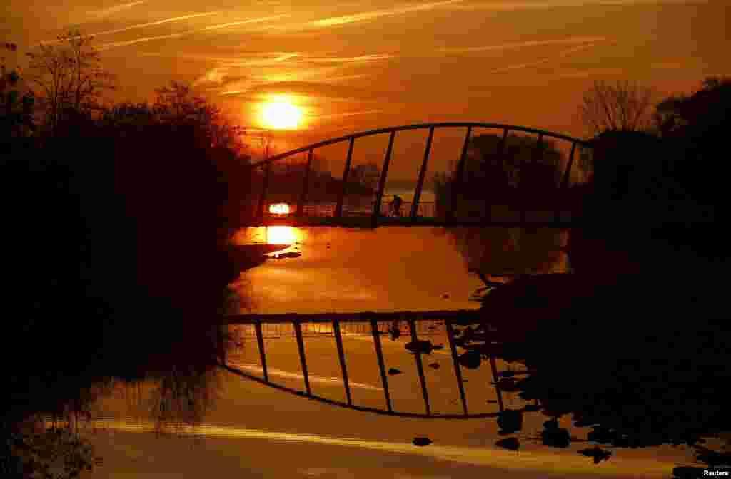 Một người chạy xe đạp bang qua Cầu Mimico Creek bên trong Công viên Humber Bay ở thành phố Toronto, Canada.