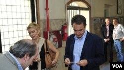 PM Spanyol Jose Luis Rodriguez Zapatero dan isterinya, Sonsoles Espinosa saat memasukkan kartu suara di Madrid (22/5). Partai Sosialis Zapatero kalah dalam pemilu di Spanyol.