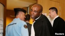 L'avocat français Richard Gisagara représente Constance Mukabazayire lors du procès sur le génocide au Rwanda dans lequel comparaissent Octavien Ngenzi et Tito Barahira accusés pour le massacre des centaines de Tutsis, au palais de justice de Paris, France, 10 mai 2016.