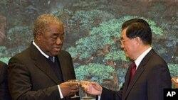 赞比亚总统班达2010年2月在北京和胡锦涛主席碰杯