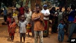 Des familles chrétiennes qui vivent dans un camp de réfugiés se tiennent sous un arbre à Kaga-Bandoro, République centrafricaine, 16 février 2016.