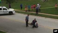 密蘇里州調查人員在黑人青年布朗被槍殺現場檢查他的屍體。