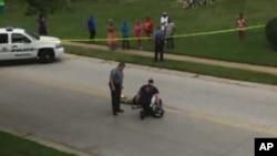 2014年8月9日,调查人员在黑人青年布朗被枪杀现场检查他的尸体。