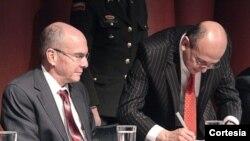 El embajador de EE.UU. en Colombia, Michael McKinley, el fiscal general colombiano, Eduardo Montealegre Lynett, durante el acto que precedió la entrega de vehículos. [Foto: Fiscalía de Colombia]