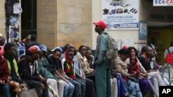 津巴布韦总统穆加贝被军方软禁后民众排队从银行取现款