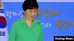 박근혜 한국 대통령이 1일 서울 올림픽제조경기장에서 열린 제17기 민주평통자문회의 출범식에서 개회사를 마치고 단상을 내려오고 있다.