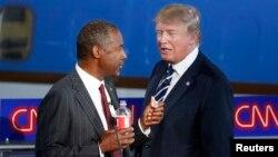 Bakal Capres Partai Republik Ben Carson (kiri) berbicara dengan Donald Trump di sela debat capres 16 September lalu (foto: dok).