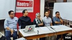Koalisi lima LSM, yaitu: Kontras, YLBHI, Perludem, Imparsial, serta ELSHAM secara terbuka menolak anggota TNI dan Polri yang masih aktif ikut bertarung dalam pemilihan kepala daerah. (Foto: VOA/Fathiyah)