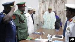 Presiden Nigeria Muhammadu Buhari (tengah) mengadakan pertemuan dengan kepala-kepala staf angkatan bersenjata Nigeria di Abuja, Selasa (2/6).