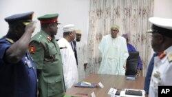 លោក Muhammadu Buhari (កណ្តាល អាវស) ប្រធានាធិបតីនីហ្សេរីយ៉ា នៅក្នុងកិច្ចប្រជុំជាមួយបណ្តាមេបញ្ជាការកងទ័ពរបស់លោក នៅក្នុងទីក្រុង Abuja ប្រទេសនីហ្សេរីយ៉ា កាលពីថ្ងៃទី២ ខែមិថុនា ឆ្នាំ២០១៥។