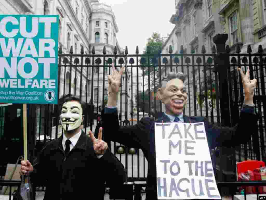 Một người trong y phục giả làm cựu Thủ tướng Tony Blair biểu tình trong cuộc mít tinh phản chiến ở bên ngoài dinh thủ tướng tại con đường Downing, trung tâm thủ đô London vào ngày 8 tháng 10. Cuộc tập hợp biểu tình được hoạch định để diễn ra trùng hợp với