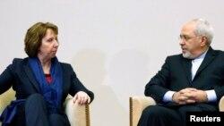 20일 스위스 제네바에서 유럽연합 캐서린 애슈턴 외교안보 고위대표(왼쪽)와 자바드 자리프 이란 외무장관이 핵 협상에 앞서 대화를 나누고 있다.