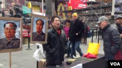 民主墙民运人士、当代艺术家薛明德正进行一项非毛化的行为艺术(美国之音方冰拍摄)