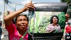 Một người cầm áp phích có ảnh của nhà hoạt động môi trường Berta Caceres trong 1 cuộc biểu tình ở Tegucigalpa, Honduras, 16/3/2016.