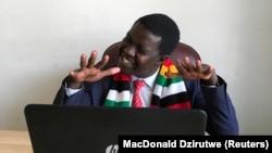 Komedian Zimbabwe Victor Mpofu, alias Doc Vikela, sedang berdiskusi mengenai tema drama komedi dengan staf di kantornya di Harare, Zimbabwe, 20 Agustus 2020. (Foto:REUTERS/MacDonald Dzirutwe/Staf)
