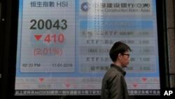 一位男士走過香港一家銀行外顯示香港股指的電子屏幕。(2016年1月11日)