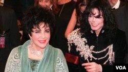 Elizabeth Taylor llega con su amigo Michael Jackson al teatro Pantages en Hollywood, poco antes de celebrar sus 65 años, en 1997.