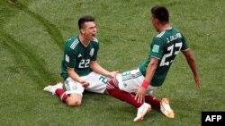 Le Mexicain Hirving Lozano célèbre son premier but avec Jesus Gallardo, 17 juin 2018.