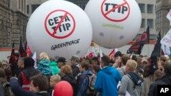 Para demonstran menentang perjanjian perdagangan TTIP dan CETA dalam aksi protes di Leipzig, Jerman (17/9) lalu.
