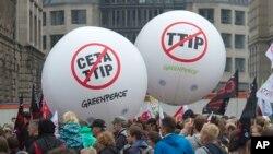 Những người biểu tình chống hiệp định thương mại TTIP và CETA ở Leipzig, Đức, ngày 17 tháng 09, 2016. Hàng nghìn người đang tập hợp tại các thành phố trên toàn nước Đức để phản đối các hiệp định giao dịch thương mại giữa Liên minh châu Âu với Hoa Kỳ và Canada.