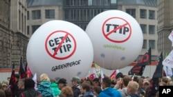 """德国示威者拿着的气球上写着:""""制止CETA"""" """"制止TTIP""""(2016年9月17日)"""