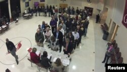 Para calon pemilih antri untuk memberikan suaranya di sebuah TPS di gereja Harrison United Methodist di Pineville, Noth Carolina (6/11).