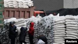 지난 1월 북한 신의주에서 수입한 밀가루를 분배하고 있다. 압록강 건너 중국 단둥에서 촬영한 사진. (자료사진)