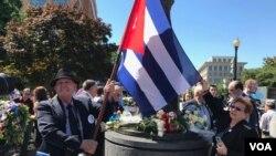 지난 9일 미국 워싱턴 도심에서 열린 공산주의 희생자 추모 행사에서 쿠바인들이 국기를 들고 있다.