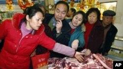 中国消费者在市场选购猪肉(资料照片)