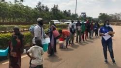 Des réfugiés burundais rentrent du camp de Mahama le 9 septembre 2020.