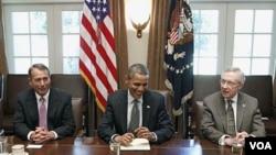 Presiden Barack Obama bersama Ketua DPR AS John Boehner (kiri) dan Ketua mayoritas Senat AS, Harry Reid di Gedung Putih (14/7).