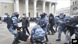 პოლიცია რუსეთში დემონსტრაციას არბევს