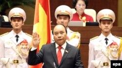 Ông Nguyễn Xuân Phúc tuyên thệ nhậm chức thủ tướng Việt Nam hôm 7/4.
