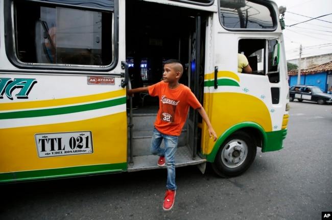 En esta foto del 28 de junio de 2018, el joven migrante venezolano Jhon Jader Duno sale de un autobús después de pedir limosna en Cúcuta, Colombia. Duno dijo que está tratando de recaudar suficiente dinero para que él y su madre puedan mudarse a otra ciudad.