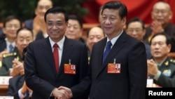 15일 중국 전국인민대표대회에서 시진핑 국가 주석(오른쪽)과 악수하는 리커창 신임 총리.