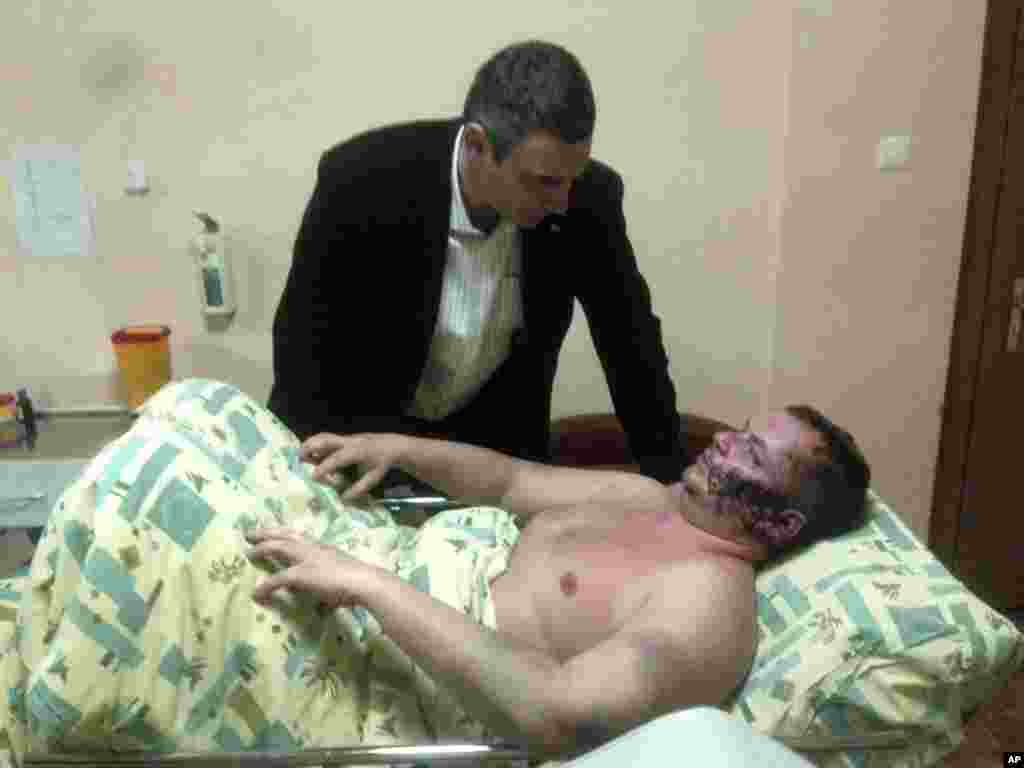 ویتالی کلیچکو، از رهبران اوپوزیسیون در بیمارستان به دیدار یک فعال سیاسی به نام دیمیتری بولاتف رفت. بولاتف ۳۵ ساله که از روز بیست و دوم ژانویه ناپدید شده بود، می گوید عده ای او را ربوده اند و پس از شکنجه در نقطه ای خارج از کیف او را به حال خود رها کرده اند - کیف، ۳۱ ژانویه ۲۰۱۴