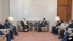 ဆီးရီးယားသမၼတ Bashar al-Assad (အလယ္)၊ ကာတ၀န္ႀကီးခ်ဳပ္ Sheikh Hamad bin Jassim Bin Jabr al-Thani ( အလယ္)ႏွင့္ အာရအဖဲြ႔ခ်ဳပ္အဖဲြ႔၀င္မ်ား ေအာက္တိုဘာလ ၂၆ ရက္က ေတြ႔ဆံုေဆြးေႏြးစဥ္