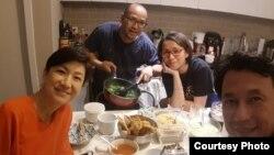 Alda Hamid bersama suaminya, Yogi, dan dua rekan mereka, berbuka bersama di kediaman mereka, di Maryland, AS. (Foto courtesy: Alda)
