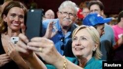 미국 민주당의 힐러리 클린턴 대선후보가 지난 10일 아이오와주 디모인에서 열린 유세에서 지지자들과 스마트폰 사진을 찍고 있다. (자료사진)