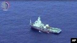 Kapal Mesir mengumpulkan puing-puing pesawat EgyptAir 804 yang jatuh di Laut Tengah (foto: dok). Belum ada kelompok militan yang menyatakan bertanggungjawab atas jatuhnya EgyptAir 804 tersebut.
