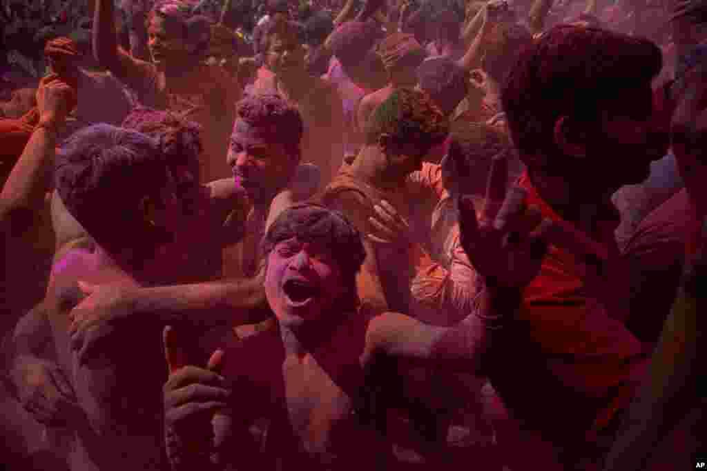 در حالیکه خیلی از کشورها به خاطر نگرانی از شیوع کرونا مراسم عمومی را لغو کردهاند، فستیوال رنگها در کلکته هند در حال برگزاری است. این یک فستیوال مذهبی در آستانه بهار است.