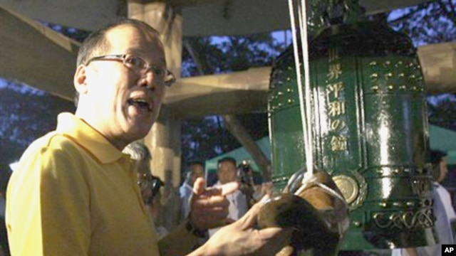 President Benigno Aquino III prepares to hit the peace bell during a rally for peace held to show support to the government's peace process with the Moro Islamic Liberation Front, Manila, February 8, 2011