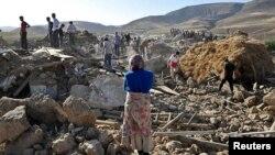 Tim penyelamat mencari korban gempa di desa Varzaqan dekat Ahar, Azerbaijan (12/8). (Foto: Reuters)