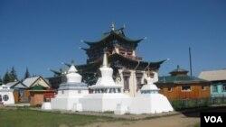 1945年蘇共當局首次允許興建的第一座寺廟,位於布里亞特首府烏蘭烏德郊外。(美國之音白樺拍攝)