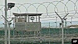 Hàng rào dây thép gai của trại giam Delta, nơi giam giữ các tù nhân nước ngoài từ năm 2002, tại Căn cứ Hải quân Mỹ ở Vịnh Guantanamo, Cuba